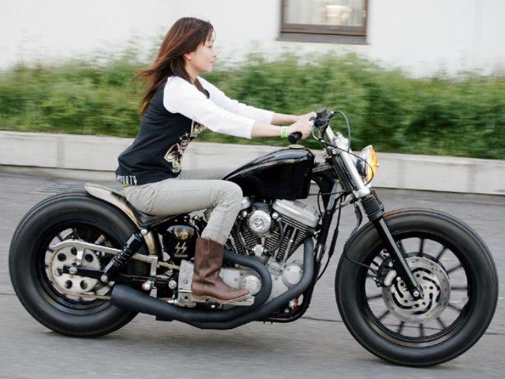 Devushka-edet-na-mototsikle-1.jpg