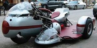 Необычный гоночный мотоцикл с коляской